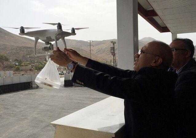 Koruculara 'drone' ile tatlı ikramı