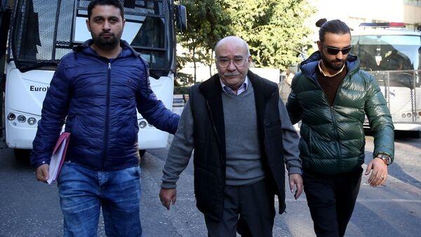 Gözaltına alınan Cumhuriyet gazetesi yazarları arasında Aydın Engin de bulunuyor. - Sputnik Türkiye