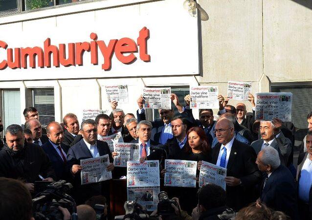 CHP'li vekillerden Cumhuriyet gazetesine ziyaret