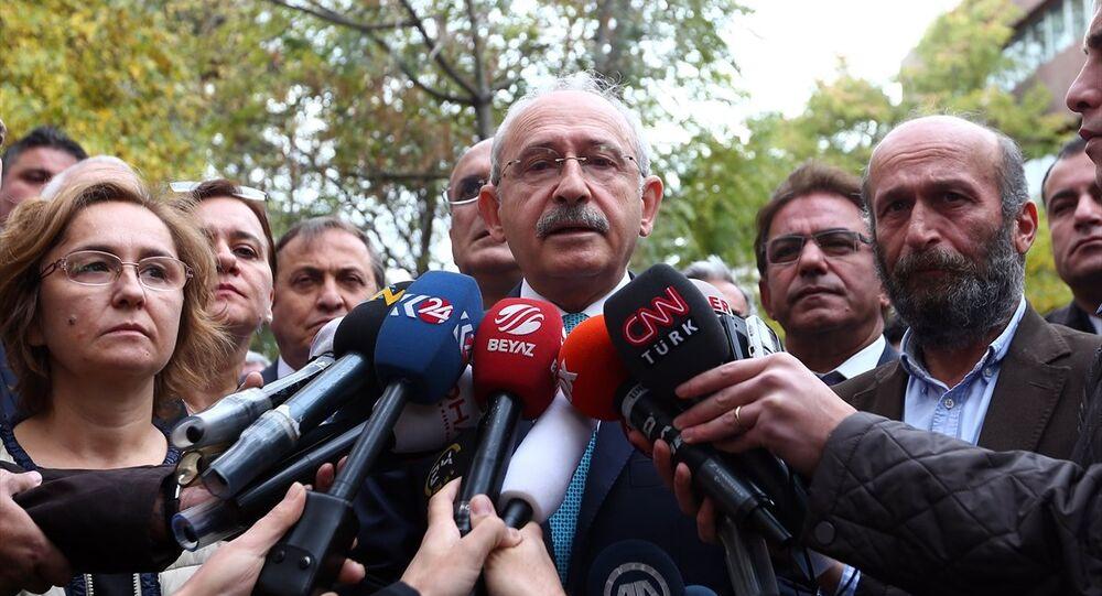 CHP Genel Başkanı Kemal Kılıçdaroğlu, Cumhuriyet Gazetesi Ankara Temsilcisi Erdem Gül'ü ziyaret etti. Kılıçdaroğlu, ziyaret sonrası basın mensuplarına açıklamalarda bulundu.