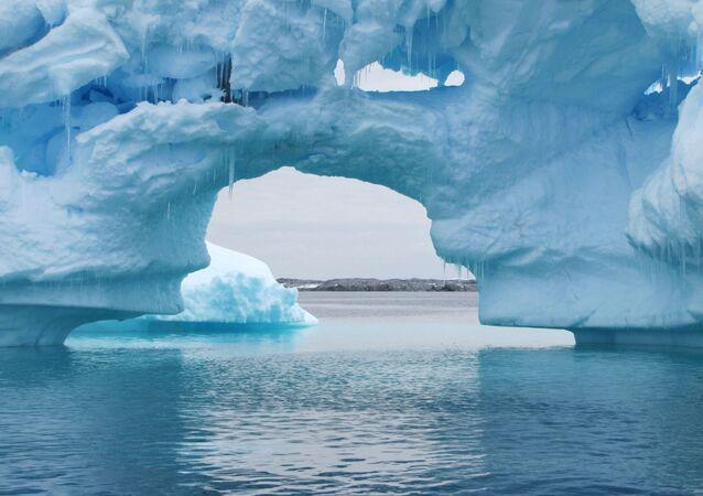 Antarktika yarımadasındaki buz dağları.