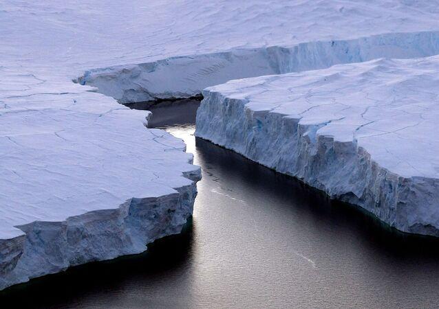 Antarktika'da kırılan bir buz dağı.