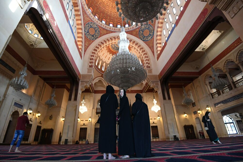 Beyrut'un merkezinde bulunan Muhammed El-Amin Sünni camiindeki kadınlar.