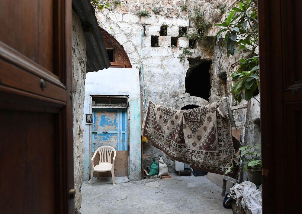 Lübnan'nın Sayda şehribde yaşayanın iç bahçesi.