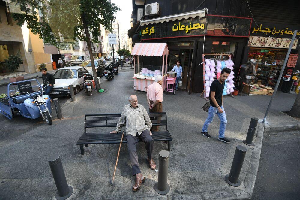 Beyrut'un sokağındaki kişiler.