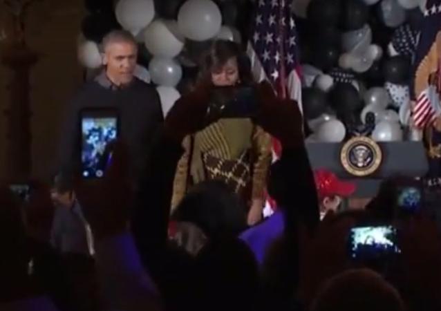 ABD Başkanı Barack Obama ve First Lady Michelle Obama, Beyaz Saray'da düzenlenen Cadılar Bayramı partisinde Michael Jackson'ın 'Thriller' şarkısının klibindeki zombiler gibi dans etti.