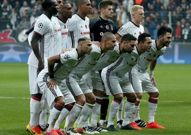 Beşiktaş Teknik Direktörü Şenol Güneş, İtalyan ekibi karşısında maça Fabri-Beck, Marcelo, Rhodolfo, Tosic-Hutchinson, Gökhan İnler-Quaresma, Tolgay, Adriano-Aboubakar'ı 11'ini sürdü. Bu kadro, UEFA Şampiyonlar Ligi'nde 11 yabancı ile sahada yer alan ilk Türk takımı olarak tarihe geçti.  Bu kadro, UEFA Şampiyonlar Ligi'nde 11 yabancı ile sahada yer alan ilk Türk takımı olarak tarihe geçti.