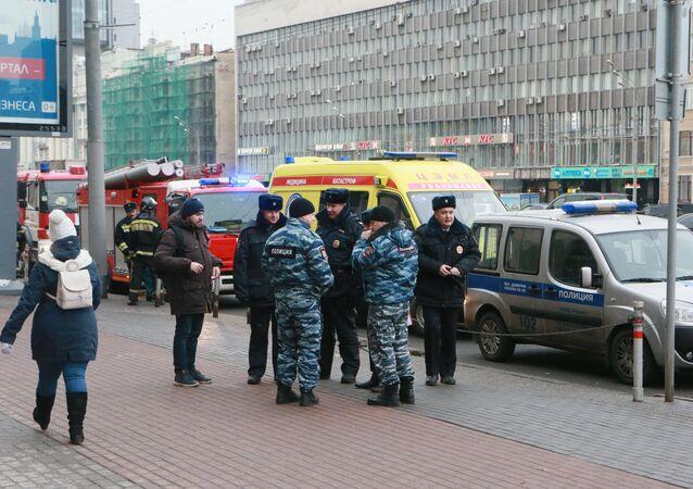 Sputnik'in Zubovskiy Bulvarı'ndaki merkez ofisi çevresindeki polisler