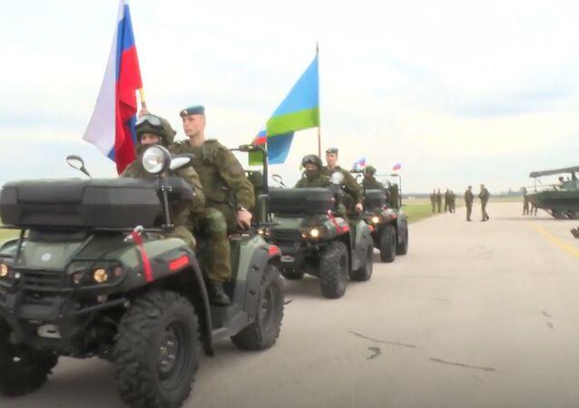 Sırbistan Rus paraşütçü askerleri tuz ve  ekmekle karşıladı.