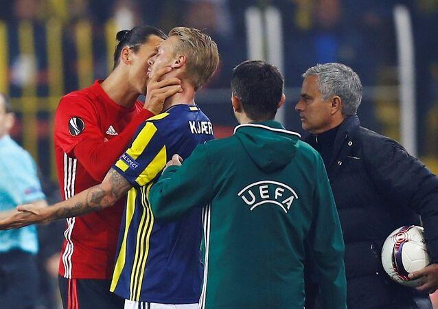 Manchester United'ın yıldızı Zlatan Ibrahimovic, Kjaer'in boğazını sıktı.