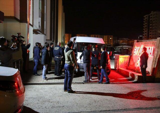 HDP Eş Genel Başkanı Selahattin Demirtaş, Diyarbakır'daki evinde gözaltına alındı.