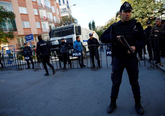 Polis, HDP Genel Merkezi'ne giriş çıkışları kapattı.