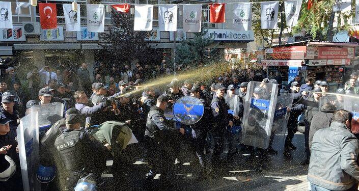 Ankara'da HDP'li milletvekillerinin gözaltına alınmasını protesto eden göstericilere polis müdahale etti.
