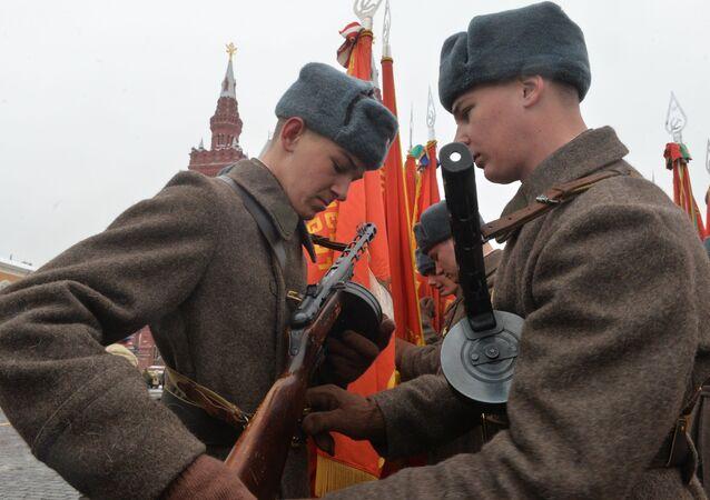 Kızıl Ordu üniformaları giyen askerler, 1941'de düzenlenen askeri geçidin 75. yıldönümü nedeniyle gerçekleştirilecek törene hazırlanıyor.