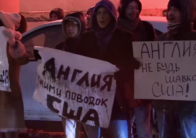 Suriyeli öğrencilerden İngiltere'nin Moskova Büyükelçiliği önünde protesto