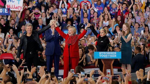 Jon Bon Jovi ve Lady Gaga, Clinton'ı Kuzey Carolina'daki mitingde yalnız bırakmadı. - Sputnik Türkiye