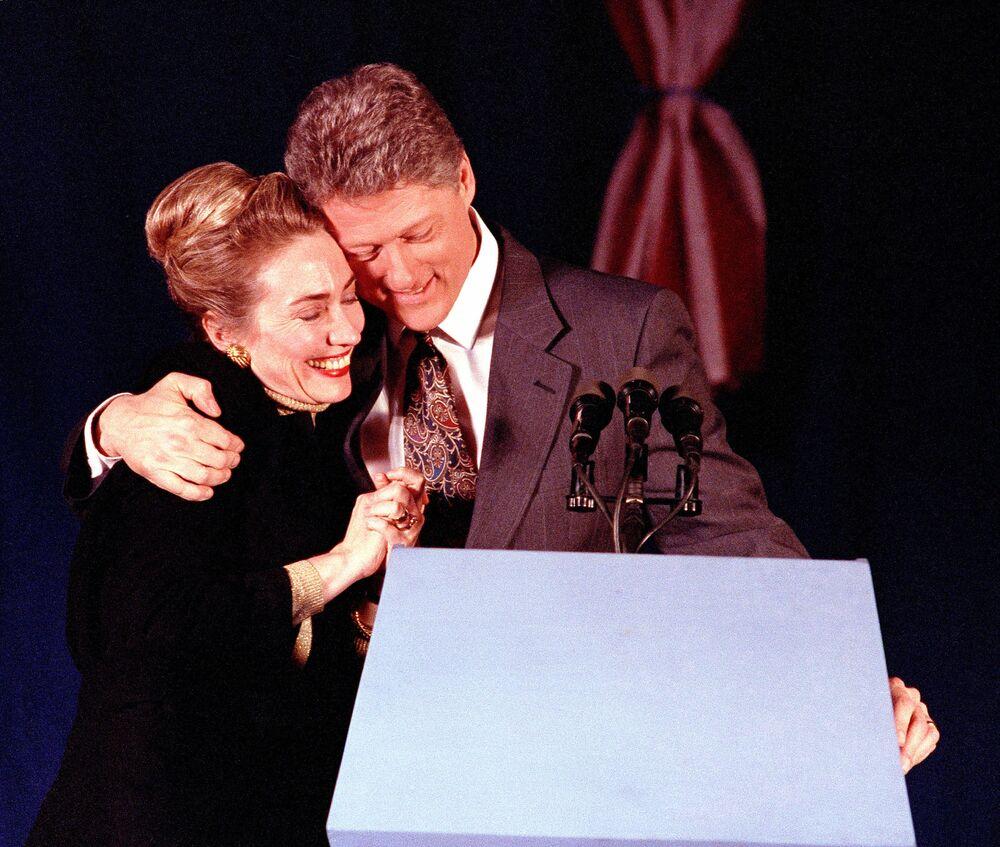 Dönemin başkan adayı Bill Clinton eşi Hillary clinton ile beraber, 1992.
