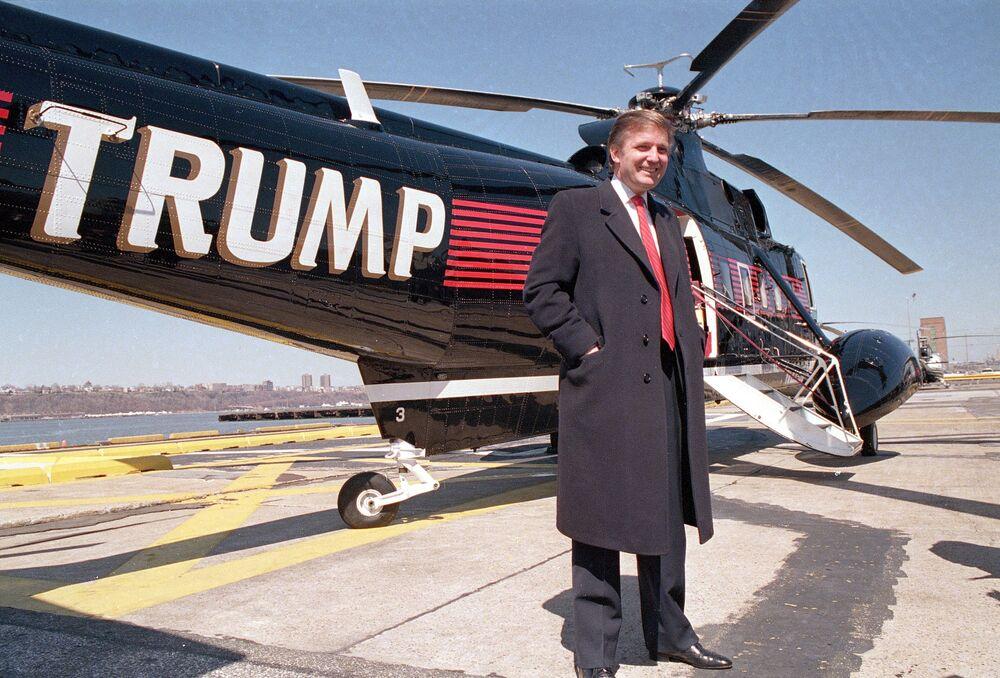Trump kendine ait helikopterin yanında, 1988.