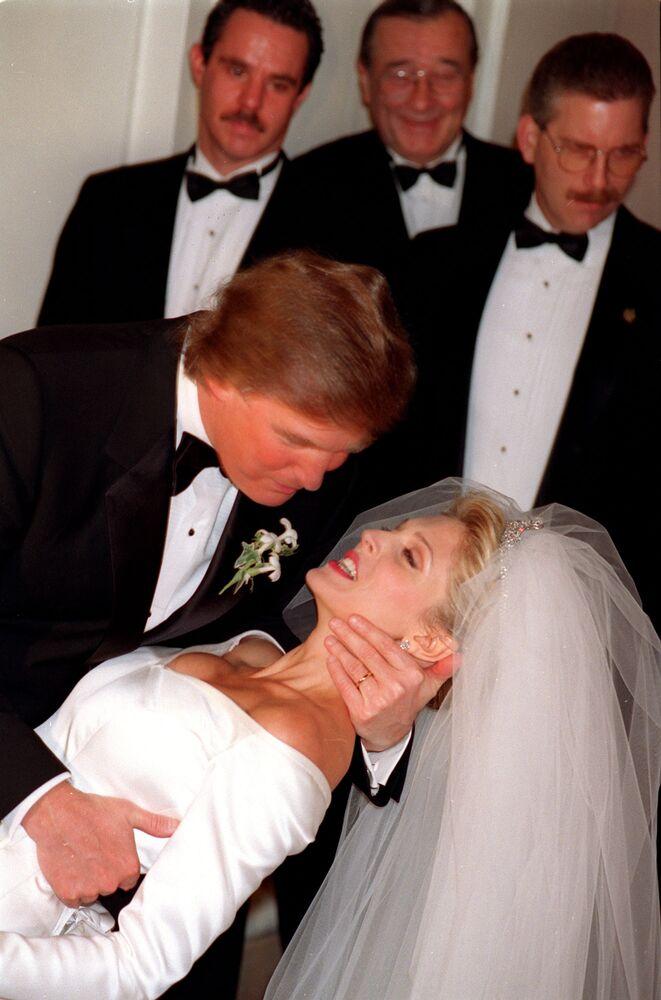 Trump, New York'taki düğün töreninde eşini öperken, 1992.