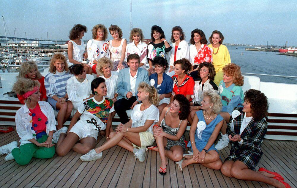 Trump, Atlantic City'de kendine ait yatta güzellik yarışmasına katılan kızlarla beraber, 1988.