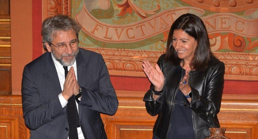 Eski Cumhuriyet gazetesi Genel Yayın Yönetmeni Can Dündar, Paris Belediye Başkanı Anne Hidalgo tarafından belediye binasında düzenlenen törenle fahri hemşehrilik nişanı aldı.