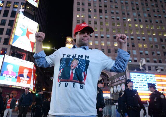 New York'taki Times Meydanı'nda toplanan Trump destekçileri seçim sonuçlarının yansıtıldığı ekrana bakıyor.