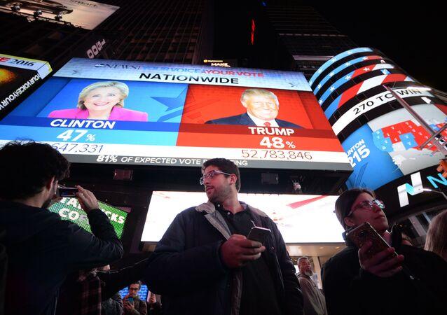 ABD'liler New York'taki Times Meydanı'na kurulan ekranda seçim sonuçlarını izliyor.