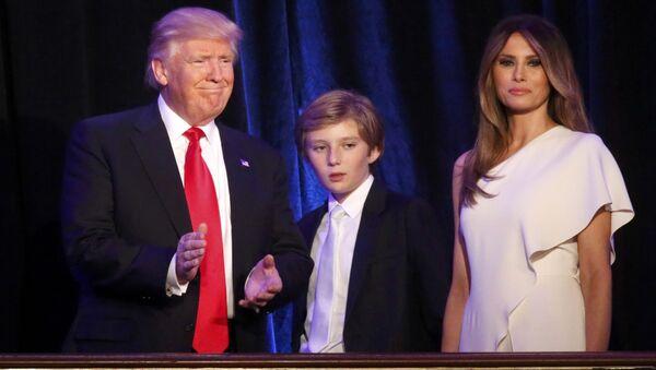 Trump eşi Melania ve oğlu Barron ile seçim sonuçlarını öğrendiği New York'ta. - Sputnik Türkiye