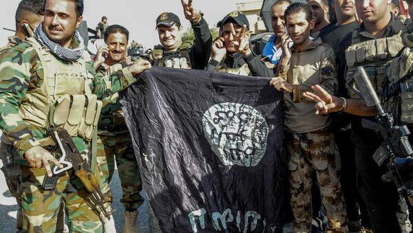 Irak ordusu, Musul'da IŞİD'in bayraklarını indiriyor - Sputnik Türkiye