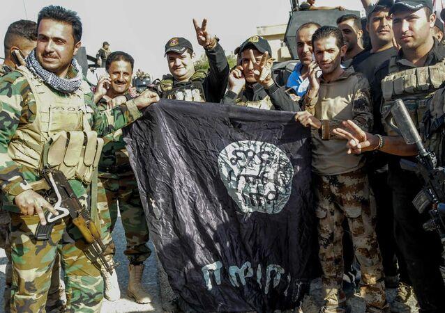 Irak ordusu, Musul'da IŞİD'in bayraklarını indiriyor