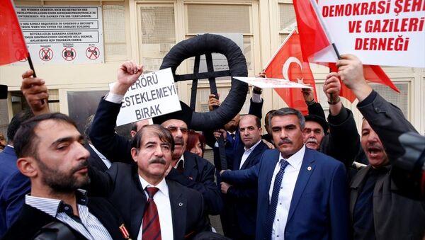 Almanya'nın Ankara Büyükelçiliği önünde toplanan 'şehit' aileleri ve gazi yakınlarından oluşan bir grup, Almanya'yı protesto etti. - Sputnik Türkiye