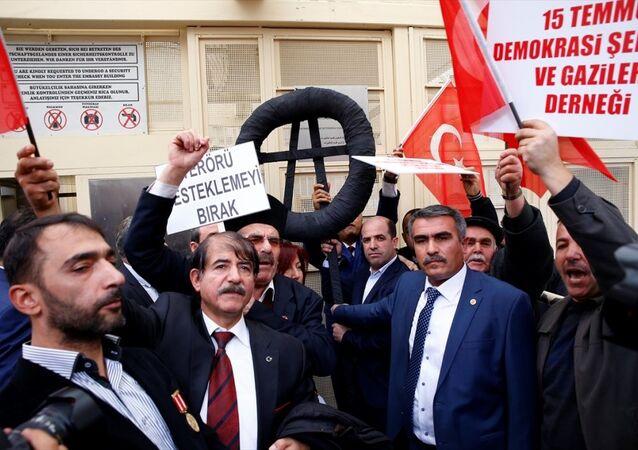Almanya'nın Ankara Büyükelçiliği önünde toplanan 'şehit' aileleri ve gazi yakınlarından oluşan bir grup, Almanya'yı protesto etti.