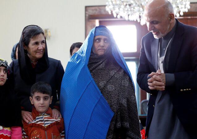 'Afgan kızı' Şerbet Gula, Afganistan lideri Eşref Gani ile görüştü.