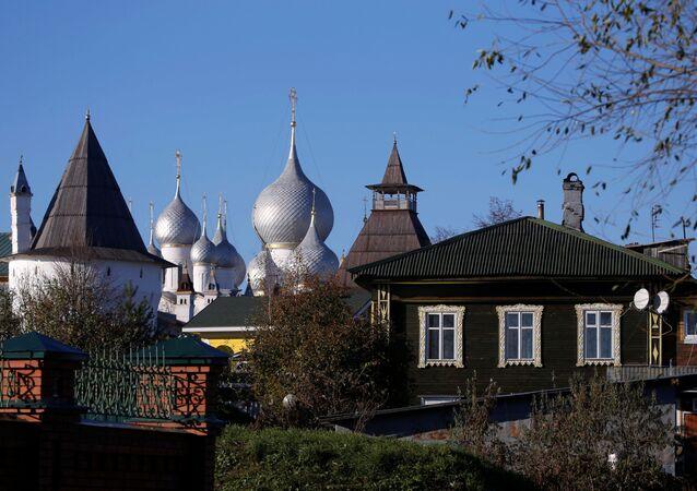 Yaroslavl bölgesinde bulunan Rostov Kremlini'nin ve evlerin manzarası.