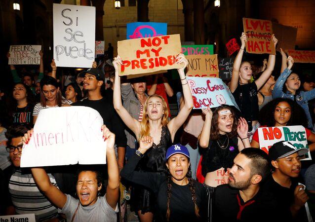 Los Angeles'da Trump karşıtı göstericiler