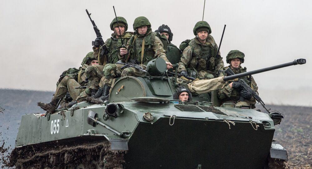 Rus askerleri  Rusya, Belarus ve Sırbistan hava kuvvetlerine bağlı paraşütçü birliklerinin 'Slav kardeşliği-2016' adlı ortak tatbikatına katıldı.