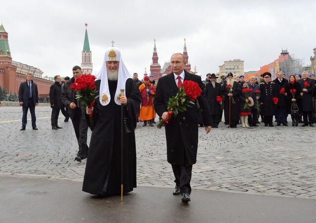 Rusya Ortodoks Kilisesi Patriği Kirill ve Rusya Devlet Başkanı Vladimir Putin, Kızıl Meydan'da Kuzma Minin ve Dmitriy Pojarskiy'in anıtına çiçek koyarken.