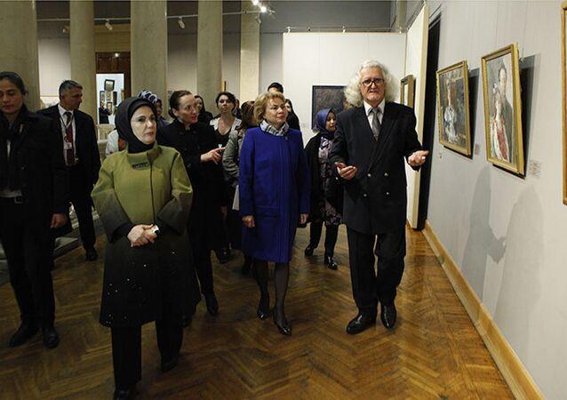 Cumhurbaşkanı Recep Tayyip Erdoğan'ın eşi Emine Erdoğan, Minsk'te Ulusal Ressamlık Müzesi'ni gezdi.