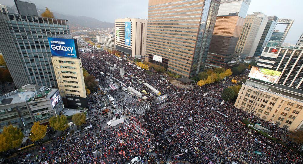 Seul'de on binlerce kişi Devlet Başkanı Park'ın istifasını istedi