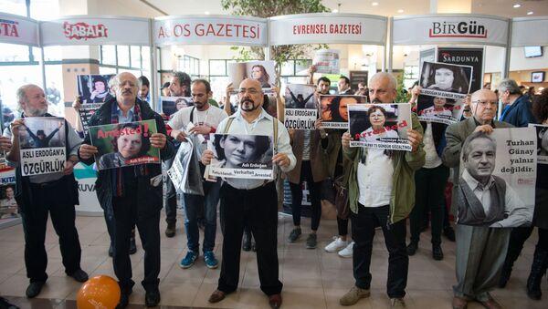 Tüyap'ta tutuklu yazar ve gazeteciler için eylem yapıldı - Sputnik Türkiye