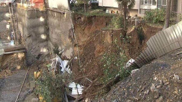 Kadıköy'de inşaat kazısı sırasında toprak kayması meydana geldi, iş makineleri ve operastörleri toprağa gömüldü - Sputnik Türkiye