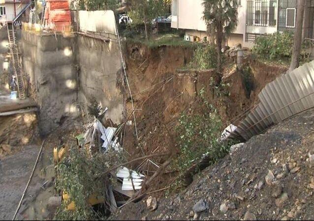 Kadıköy'de inşaat kazısı sırasında toprak kayması meydana geldi, iş makineleri ve operastörleri toprağa gömüldü