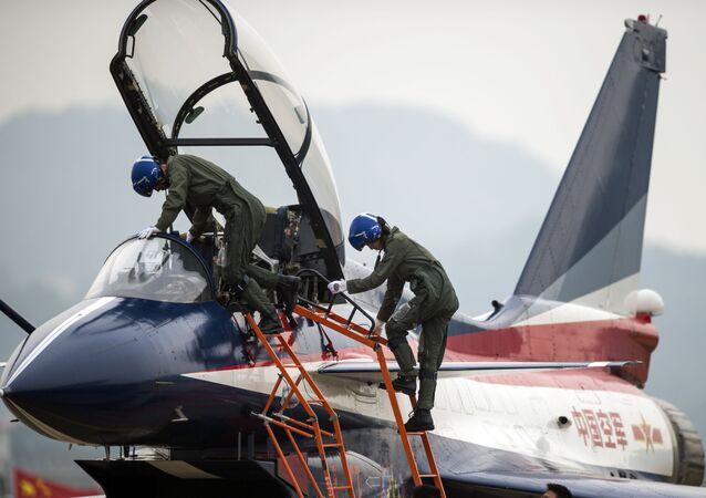 J-10 tipi avcı uçağıyla yaptığı uçuş sonrası Çin Hava Kuvvetleri pilotu Yu Hu.