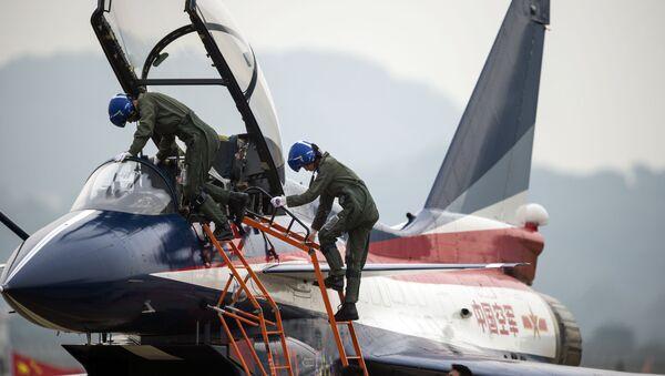 J-10 tipi avcı uçağıyla yaptığı uçuş sonrası Çin Hava Kuvvetleri pilotu Yu Hu. - Sputnik Türkiye