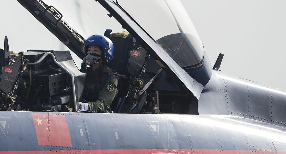 Çin Hava Kuvvetleri pilotu Yu Hu, J-10 tipi avcı uçağında.