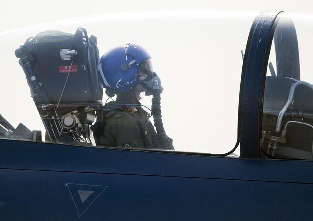 Çin Hava Kuvvetleri pilotu Yu Hu J-10 tiği avcı uçağıyla uçuşa hazırlanıyor.