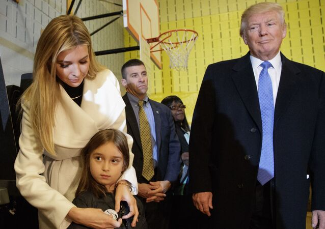 Donald Trump, kızı İvanka ve torunu Arabella ile birlikte New York'ta.