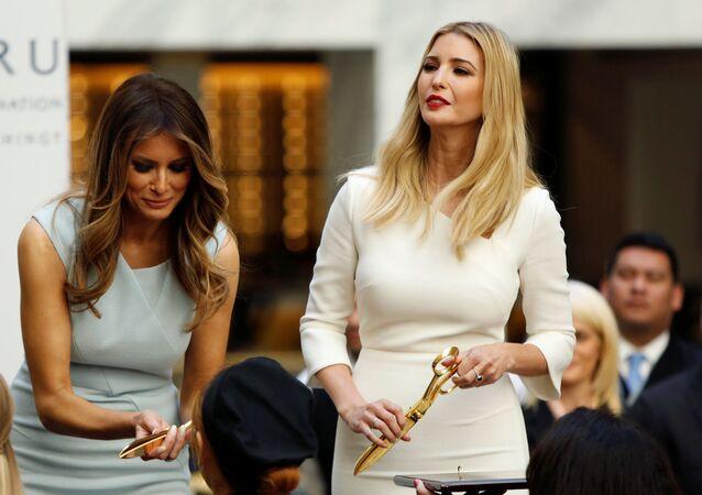 Melania Trump ve İvanka Trump Wasington'daki Trump International Oteli'nin resmi açılış töreninde.