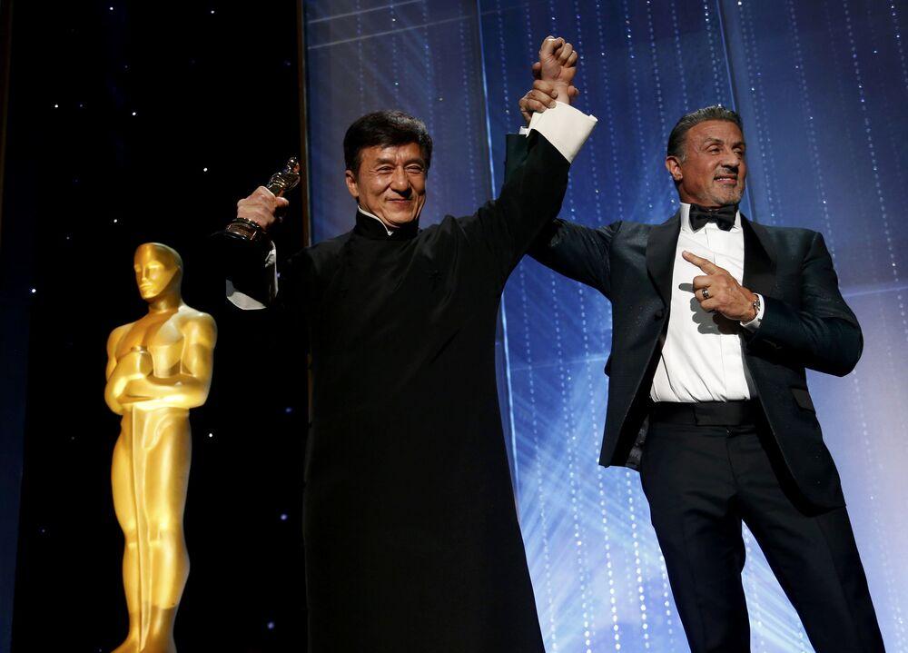 Sinema dünyasının en prestijli ödüllerinden Oscar'ı dağıtan Sinema Sanatları ve Bilimleri Akademisi Hong Kong'lu oyuncu, yazar, yönetmen ve dövüş ustası 62 yaşındaki Jackie Chan'i, sinema dünyasındaki 'olağanüstü başarılarından' dolayı onur ödülüne layık gördü.
