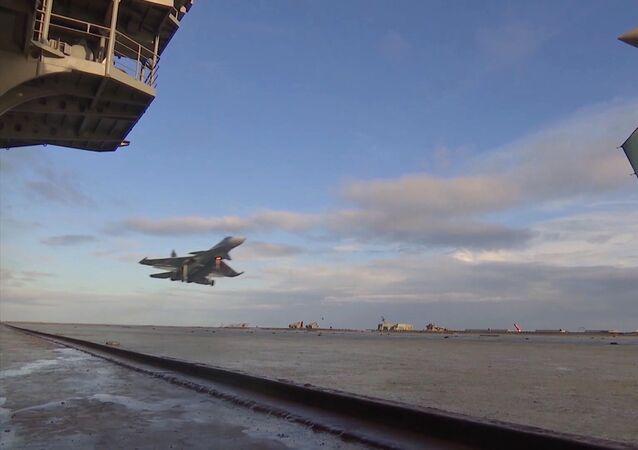 Su-33 avcı uçağı, Amiral Kuznetsov uçak kruvazörüne iniyor.
